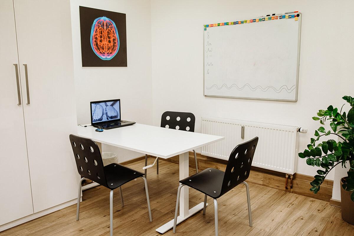Beratungs- & Schulungsraum in der Praxis für Ergotherapie Köln-Süd